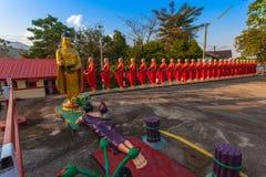 Statues de Bouddha et de moines donnant l'aumône pendant le matin image libre de droits