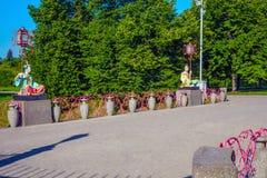 Statues de Chinois avec de grandes lanternes sur des poteaux se reposant sur le grand pont chinois dans Alexander Park, Tsarskoe  Photo libre de droits