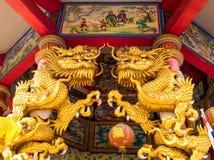 Statues de dragon d'or dans les lieu de rendez-vous religieux chinois Images libres de droits