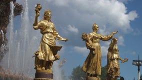 Statues de fontaine de Moscou banque de vidéos