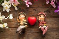 Statues de garçon et de fille dans l'amour Photo stock
