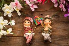 Statues de garçon et de fille dans l'amour Images libres de droits
