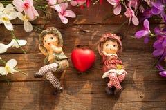 Statues de garçon et de fille dans l'amour Photos stock