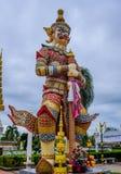 Statues de gardien de démon décorant le temple bouddhiste dans Udon Thani, Thaïlande Images libres de droits