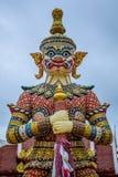 Statues de gardien de démon décorant le temple bouddhiste dans Udon Thani, Thaïlande Photo libre de droits