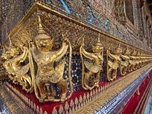 Statues de gardien entourant le temple d'Emerald Buddha Image stock