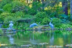Statues de héron dans l'étang au parc d'état d'acres de rivage en Orégon photographie stock