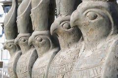 Statues de Horus sur une rue Hurghada Egypte Photos libres de droits
