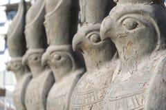 Statues de Horus sur une rue Hurghada Egypte Images stock