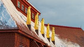 Statues de l'église rouge à Kiruna images stock