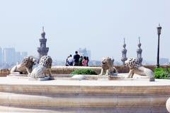 Statues de lion avec l'architecture islamique image libre de droits