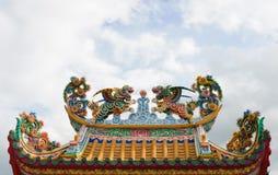Statues de lion dans le type chinois sur le dessus Images stock
