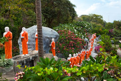 Statues de moine bouddhiste allant au temple de Bouddha d'or, Dambulla, Sri Images stock