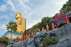 Statues de moine bouddhiste allant au temple de Bouddha d'or, Dambulla, Sri Photos stock