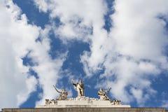 Statues de toit, opéra de Trieste, Italie Photo libre de droits