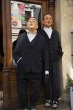 Statues des chiffres de Mafia en dehors de restaurant à Cracovie Pologne Photographie stock libre de droits