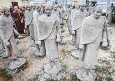Statues des moines bouddhistes, faites de béton photos stock