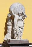 Statues des nymphes avec un globe devant l'entrée au M Photographie stock