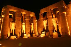 Statues des pharaons au temple de Louxor Egypte Images libres de droits