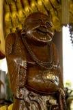 Statues des prêtres chinois découpés du bois images libres de droits