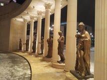 Statues devant le théatre de l'opéra à Skopje Image stock