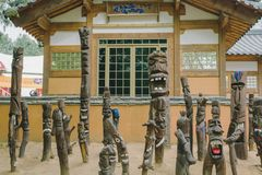 Statues en bois avec des visages chez Nami Island, Corée du Sud photos libres de droits