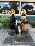 Statues en bois des ours devant un dîner Photos libres de droits