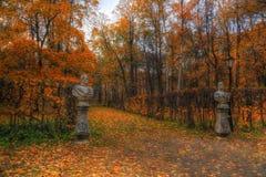 Statues en parc d'automne photos stock