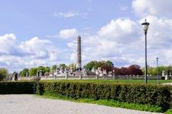Statues en parc de Vigeland dans des touristes d'Oslo Images libres de droits