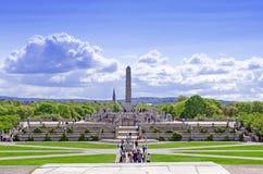 Statues en parc de Vigeland dans le cityskape d'Oslo Image libre de droits