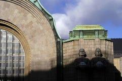 Statues en pierre à la station principale de Helsinki, Finlande image stock