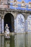 Statues en pierre dans l'étang de jardin photo stock