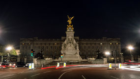 Statues in front of Buckingham Palace by night. LONDON - 04 OCT 2015: Statues in front of Buckingham Palace by night stock photography