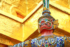 Statues géantes (guerrier d'or thaïlandais de démon) dans le temple Photographie stock libre de droits
