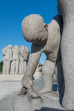Statues garçon et serpent de stationnement de Vigeland Photographie stock libre de droits