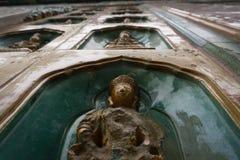 Statues portées par les personnes qui les touchent au palais d'été, Pékin, Chine Photos stock