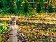 Statues sans mains près d'un banc en bois Image stock