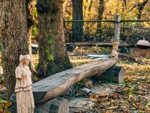 Statues sans mains près d'un banc en bois Photos stock