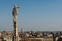Statues sur des clochers au toit des Di Milan de Duomo de l'IL image stock