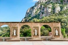 Statues sur la place dans le monastère de Montserrat Photographie stock libre de droits