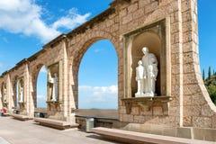 Statues sur la place dans le monastère de Montserrat Image stock