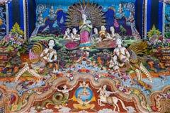 Statues thaïlandaises de littérature à décorer sur le mur bouddhiste d'église image stock