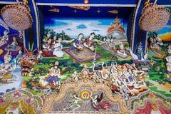 Statues thaïlandaises de littérature à décorer sur le mur bouddhiste d'église images stock