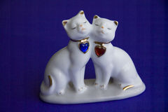Statuetta amorosa dell'argilla di gatti Immagini Stock