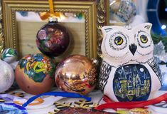 Statuetta ceramica di un gufo accanto alle decorazioni di Natale immagini stock libere da diritti