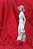 Statuetta di una donna in un vestito bianco Fotografia Stock Libera da Diritti