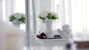 Statuette Cupid και του βάζου με τα λουλούδια απόθεμα βίντεο