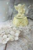 Statuette d'ange de Noël sur le fond argenté Photo stock