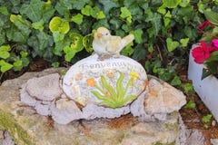 Statuette d'un oiseau avec l'inscription Photographie stock libre de droits