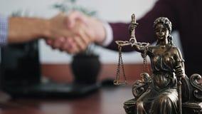 Statuette de justice de dame sur le plan rapproch? de table photos libres de droits